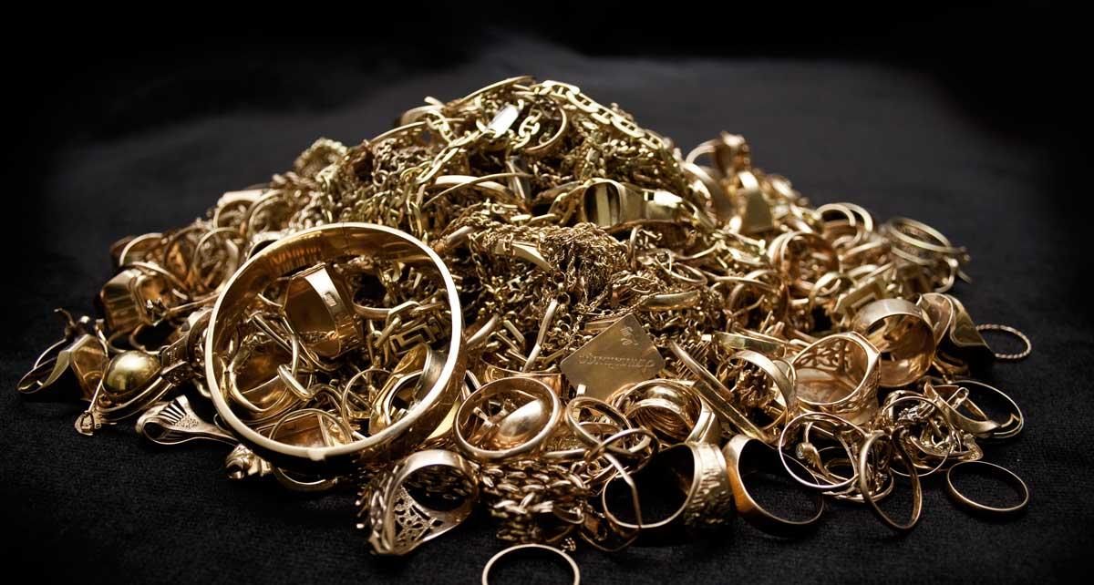 Ein Haufen Altgold aus defektem Goldschmuck.