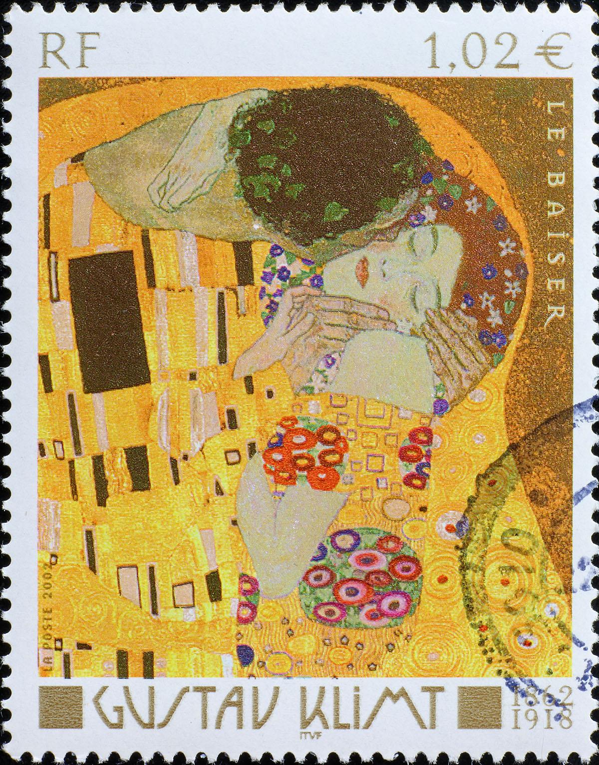 Detailaufnahme von Klimts Der Kuss auf Briefmarke