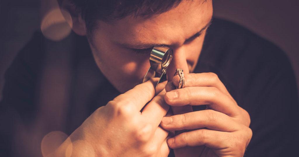 juwelier prüft goldring